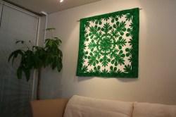ハワイアンキルト、タペストリー、壁掛け、ブレッドツリー、パンの木、ダークグリーン&オフホワイト、展示例