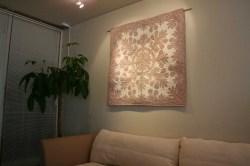 ハワイアンキルト、タペストリー、壁掛け、ブレッドツリー、グレー&オフホワイト、展示例
