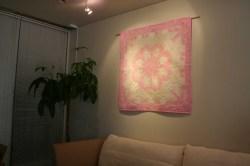 ハワイアンキルト、タペストリー、壁掛け、ホワイトジンジャー、スーパーパステルピンク&スーパーライトベージュ、展示例