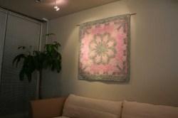 ハワイアンキルト、タペストリー、壁掛け、ホワイトジンジャー、ライトモスグリーン&スーパーパステルピンク、展示例