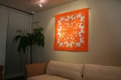 ハワイアンキルト、タペストリー、壁掛け、ブレッドフルーツ、ライトオレンジ&ホワイト、展示例