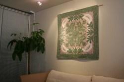 ハワイアンキルト、タペストリー、壁掛け、イリマレイ、モスグリーン&グレイ、展示例